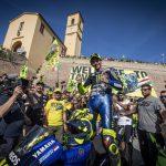 Valentino Rossi avec sa Yamaha R1-M dans les rues de Tavullia