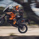RAPPEL KTM 1290 SUPER ADVENTURE S ET KTM 1290 SUPER ADVENTURE R ANNÉE MODÈLE 2021 - REMPLACEMENT DU BOUCHON DU TUYAU DE DRAINAGE DU FILTRE À CHARBON ACTIF